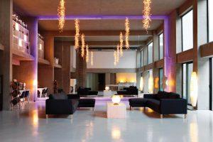 Interiér je zařízený v minimalistickém stylu. Hlavní slovo tu má pohledový beton, jehož chladná strohost je rozmělňována romanticky něžnými doplňky a chlad potlačuje množství čalouněného nábytku