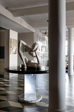 Umělecké předměty a plastiky jsou nedílnou součástí interiéru, dotvářejí jeho charisma. Skulptura z bílého mramoru evokuje dílo Henryho Moora.