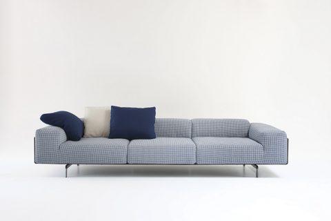 LARGO SOFA, design Piero Lissoni. Nová variace úspěšné pohovky, kombinující mohutné čalounění se subtilní podnoží.  KARTELL, www.kartell.it