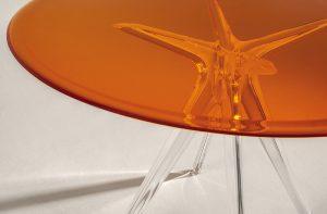 SIR GIO Table, design Philippe Starck. Dlouhodobou spolupráci se  značkou Kartell, která dává plastům atraktivní charakter, potvrzuje světově proslulý designér dalším kouskem. KARTELL, www.kartell.it