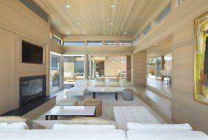 Barevné řešení interiéru, jež je kombinací bílé, béžové a dekoru světlého dřeva, je přesně v intencích přímořského stylu typického pro oblast Pines na ostrově Fire Island.