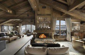 Horní patro chaty je celé věnováno obývacímu prostoru. Velký pokoj s přátelsky útulným krbem, jídelnou a barem nabízí možnost pohodlného odpočinku.