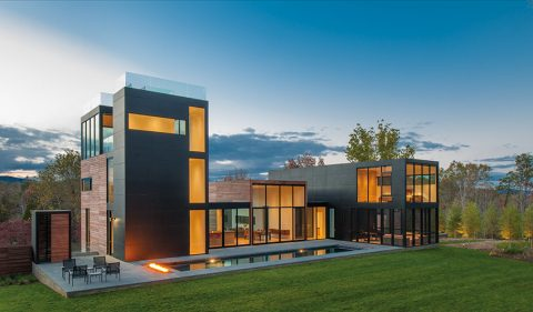 Strohé uspořádání představuje něco jako jednoduchou účelovou a strmou krásu. To je dílo architekta Roberta Gurneyho ve virginském Rappahannock County.