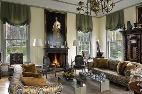 Okázalost dávají interiérům už samotné místnosti s vyskými stropy. Otevřený krb na čelní stěně obývacího pokoje s ozdobně vyřezávanou římsou je nezbytným doplňkem dobové atmosféry. Autorem obrazu nad krbem je francouzský malíř 18. století Jean-Baptiste Lallemand.