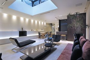 Záplava denního světla ze stropního světlíku nechává vyniknout interiéru, ve kterém designér s noblesou kombinuje minimalistický koncept se stylovými dekoračními kousky