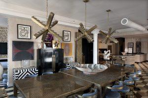 V obývacím pokoji vynikají komody pojednané ve stylu courreges, který v šedesátých letech opanoval zvláště módní průmysl.
