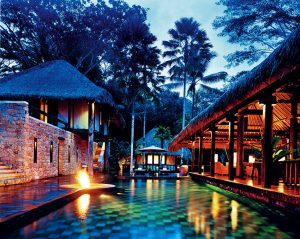 Okouzlující noční atmosféru rezidence Tejasuara podtrhuje plápolající oheň odrážející se ve vodní hladině bazénu. Uprostřed vysokých palem se pod temnou tichou oblohou báječně odpočívá nebo večeří.