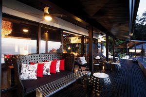 Ke každému z pavilonů náleží komfortní, převážně zastřešené terasy obložené teakovým dřevem, s pohodlným venkovním nábytkem a stylovým osvětlením.