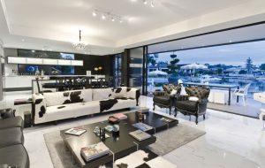 Obytný prostor, otevřený směrem ke kotvišti jachet, je zařízený v eklektickém stylu. Minimalisticky řešenou sedací soupravu se stolkem rozehrává barokizující křeslo v kombinaci černý lak a kůže.