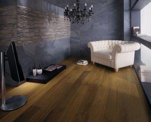 """DOKONALOU HARMONII představuje podlaha ze slinuté keramiky Pampa Home Bioprot  od výrobce Porcelanosa Grupo, formát 30 x 60 cm, cena 2990 Kč/m2 a šedomodrý obklad se vzhledem břidlice Globe Stick Bhutan, formát 10 x 40 cm, cena 4590 Kč/m2. GLAMUR KOUPELNY,  HYPERLINK """"http://www.glamur.cz/""""www.glamur.cz"""