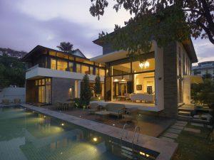 Dům je postaven na pozemku v těsné blízkosti unikátní přírodní rezervace a nabízí tak jedinečné místo k bydlení i odpočinku.