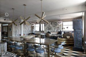 Art deco je oblíbený styl Kelly Wearstler. Židle v jídelně a sedací nábytek mají jasné a čisté linie tohoto posledního univerzálního stylu.