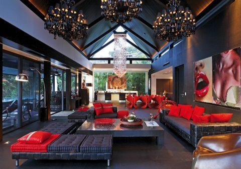 Výrazná jasná červeň dominuje společenskému prostoru v hlavním pavilonu luxusní Villy Yin nejen v podobě smyslných rudých rtů Marilyn Monroe, ale i ve formě křesel u jídelního stolu a mnoha doplňků. NAHOŘE: Villa Yin je fascinujícím místem k životu i odpočinku. Pokud vás okouzlí, můžete si ji nejen pronajmout, ale dokonce i vlastnit: stačí mít na kontě 6 467 392 amerických dolarů.
