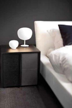 STOLNÍ LAMPIČKY vnášejí do ložnice něžné světlo a uklidňující kulovité tvary. Svítidlo Lumi je vyrobeno z ručně foukaného skla a bíle lakované konstrukce. Světelný zdroj je zářivka nebo halogenová žárovka s označením závitu E27. Cena od 3667 Kč. FABBIAN: HAGOS