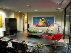 V prostoru domácího kina se sešly hned dva produkty z dílen slavných návrhářů: ikonické křeslo Eames Lounge Chair s kvalitními koženými polstry ve skořápce z překližky a popkulturu odrážející, speciálně akustické závěsné Bubble chair v designu Eera Aarnia,  jež skvostně kombinuje sklolaminát s nerez ocelí a kůží.