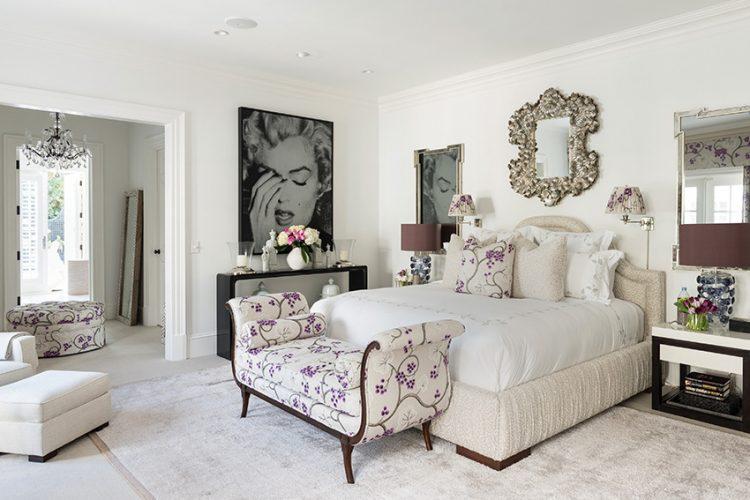Benátské zrcadlo nad komfortní kontinentální postelí symbolizuje luxus vily. V jemných tónech interiéru se vyjímají stolky vyrobené z ebenu.