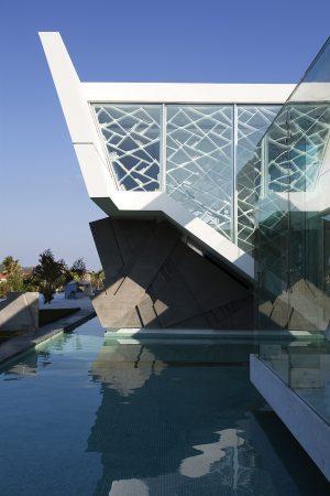 Abstraktním dojmem působí schodišťový blok, vystupující vně fasády nad vodní hladinu. Zasklení ve formě nepravidelných tabulek kopíruje tvarosloví stavby.