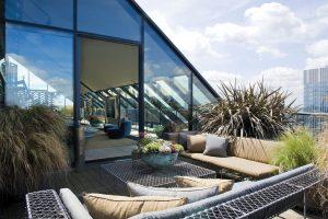 Prosklený apartmán poskytuje nádherné výhledy na Londýn. Na jeho centrum i moderní čtvrť na jižním břehu Temže. Venkovní nábytek s galvanicky upravené oceli vznikl podle návrhu Studia Reed.