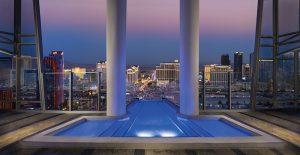 Také zrcadlově umístěný apartmán Two Story Sky Villa, umístěný na vrcholu Fantasy Tower, disponuje impozantním venkovním bazénem vykonzolovaným mimo půdorys budovy, nad hlavní zábavní a hotelovou tepnu Las Vegas Strip.