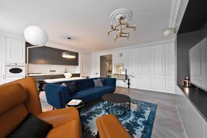 Velká hlavní místnost plní zároveň roli obývacího pokoje, kuchyně i jídelny. Středu společenského obytného prostoru dominuje sezení výrazných barev, ostatní nábytek lemuje pokoj podél tří stran.