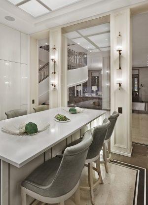 Ostrůvek v kuchyni slouží kromě jiného také ke stolování. Jeho čelní partie, směřující do společenského prostoru, je obložena podsvíceným luxusním onyxem, jenž ve večerních hodinách vytváří úchvatný dekorativní efekt.