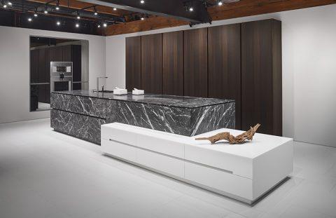 MINIMALISTICKÝ DESIGN a exkluzivní materiály charakterizují luxusní kuchyni 1 Eggersmann Unique. Ostrůvek je kombinací vápence Grigio Carnico a bílého Silestone, vysoké skříně jsou v provedení dýha kouřový dub. Cena je individuální. SEDLÁK INTERIÉR, www.sedlakinterier.cz