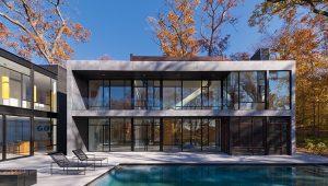 Prosklený plášť umožňuje prohlédnout rezidencí z jedné strany na druhou. Podzimem zabarvené koruny stromů prostupují dovnitř a umocňují životní styl klientů propojený s přírodou.