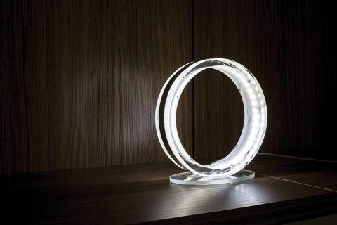 ČESKÉ KŘIŠŤÁLOVÉ SKLO v jednoduchém tvaru prstence, to je okouzlující stolní lampa Oazis Deluxe. Díky revoluční technologii lze funkčnost i intenzitu LED osvětlení regulovat dotykem. Různé barevné možnosti, cena 1 550 Kč. DESIGNEROS, www.designeros.com