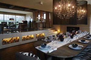 Zóny společenského prostoru jsou vymezeny nejen úrovňově, ale také s pomocí podlahových krytin. Zatímco v jídelně bylo použito dřevo, kuchyně a vyvýšená část s obývacím pokojem, přístupná po schůdcích, se skví leštěným mramorem.