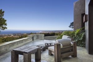 Výhled na Monterey Bay z pohledu, který nabízí přední terasa. Posezení zajišťuje masivní venkovní nábytek, vyrobený z pískovaného sekvojového dřeva.