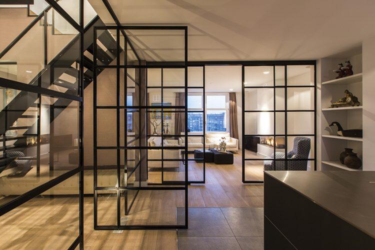 Industriální styl se promítá do všech tří úrovní nevšedního bytu, který se stal po dlouhých letech strávených v zahraničí útočištěm pro rodinu s dospívajícími dětmi.