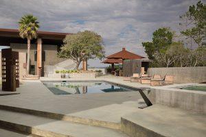 Autor, který stojí za architektonickým návrhem domu na vrcholu zalesněného kopce Gentry Hill, má rád výzvy, přírodní materiály i citlivé včlenění staveb do jejich okolí. Kombinace, která v tomto projektu přišla vhod.