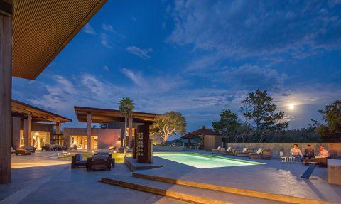 Příjemnou venkovní pohodu podtrhuje citlivě zvolené osvětlení. Vnitřní prostory areálu i exteriéry jsou rozvrženy tak, aby vyvolávaly dojem luxusního hotelového komplexu.