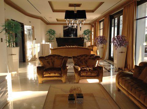 Hlavnímu společenskému prostoru dominují luxusní sedačky a křesla z kolekce Domus. Zákazník si může zvolit model ze čtyř různých rozměrů, k dispozici má široký výběr látek a kůží v nespočtu barevných odstínů.