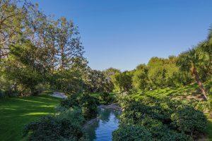 Harmonické přírodní prostředí dokonale maskuje blízkost nedalekého Los Angeles. Vytváří dojem klidné oázy, stojící mimo centrum hektického běhu života.