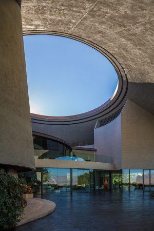 Otevřený kruhový průhled nad vchodovou terasou má evokovat ústí vulkánu. Průměr otvoru je dostatečně velký, aby přes den zvládl na terasu vpustit nezbytné množství přirozeného osvětlení.