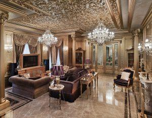 Zlato v hlavní roli vystupuje v interiéru obývacího pokoje tohoto impozantního prostoru. Je jím potažen i bohatě štukovaný strop, odrážející třpyt křišťálových lustrů, stejně jako stěny a korintské sloupy s ozdobnými hlavicemi.
