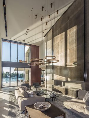 Další impozantní solitér v interiéru představují kruhové lustry Ring Horizontal, které pro Henge vytvořil opět italský designér Massimo Castagna. Z jeho dílny pocházejí i pohovky X-One Sofa a X-One Island.