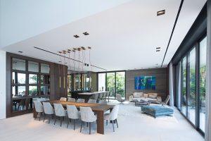 Zóně věnované přípravě a konzumaci jídla dominuje sestava tubusových svítidel Tubular Light, jejichž design navrhl Massimo Castagna. Modely s LED zdroji vytvářejí potřebný světelný komfort při stolování. Kuchyně od Boffi je vybavena špičkovými spotřebiči Gaggenau.