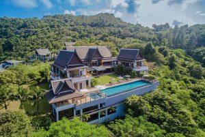 Budova doslova tone v překrásné pahorkatině pokryté všemi odstíny zeleně, plantážemi gumovníků, stinnými kokosovými lesy nebo ananasovými háji.