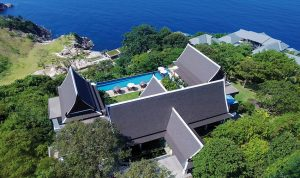 Pohled na vilu z ptačí perspektivy – objekt má výtah a vlastní dlážděnou bezbariérovou cestu na pobřeží k fantastickým bílým plážím západní části ostrova Phuket.