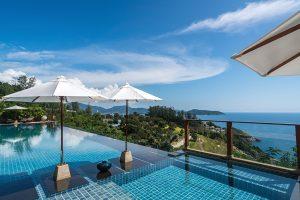 Bazén je vydlážděn luxusními dlaždicemi v tyrkysové barvě, aby podle záměru architektů voda perfektně barevně korespondovala se zálivem.