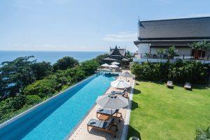 Pohodlná terasa i exkluzivní bazén jsou orientovány směrem k zálivu Andamanského moře, který se nachází jen pár kroků od rezidence.