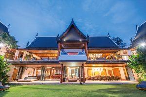 Přestože architektura bombastického ostrovního sídla sleduje tradiční thajskou architekturu se zvednutými okraji střech, moderní propojení interiéru s exteriérem je zde naprosto excelentní.