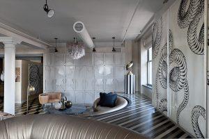 Organické motivy na stěnách vnášejí do společenského prostoru dynamiku, závěsné reflektory zvýrazňují stěnu s reliéfním obkladem, lustr s křišťálovými ověsy dodává místu punc elegance.