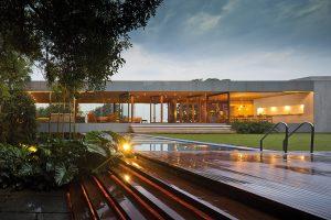 """Práce architekta Isaye Weinfelda jsou charakteristické spojením přírodních  materiálů, sofistikovaných textur a moderních technologií. Jakkoliv nesnáší """"škatulkování"""", lze jeho styl označit jako tropický modernismus."""