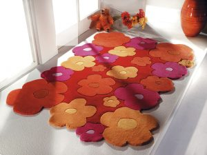 RUČNĚ TUFTOVANÝ (vpichovaný) koberec Nelli Blumen z polyakrylu je vyrobený v Číně. Rozměry má 130 x 190 cm. Cena 5280 Kč. WISSENBACH: BAKERO