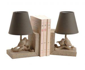 OBOUSTRANNÁ ZARÁŽKA na knihy Vilami s integrovanými lampičkami je dokonalým příkladem bytového doplňku, jenž spojuje dekorativnost s funkčností. Cena sady je 1 799 Kč. WESTWING, www.westwing.cz