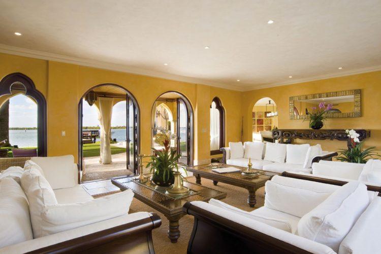 Slunce je za okny i uvnitř domu. Překrásná letní rezidence má veškeré interiéry vymalované zářivě žlutou barvou, prostory se tak utápějí ve slunečním jasu