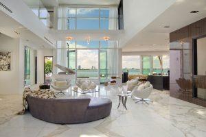 Vila Valentina nejen že poskytuje skvělý, příjemně zařízený interiér, její hlavní předností je poloha. Umožňuje prakticky z každého okna či terasy výhled přes záliv na vzdálené město Miami
